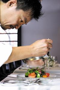 福岡市内に上質なレストランやカフェ、鮨店を運営する企業で、キッチンシェフ候補を募集