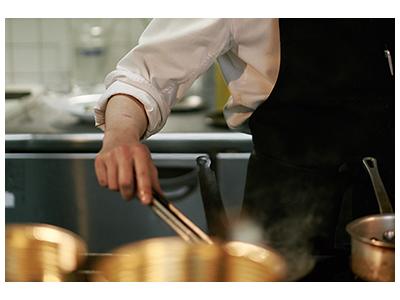 地元の食材をとり入れた料理を提案するリストランテ「AMRIT」にて、キッチンスタッフを募集します。