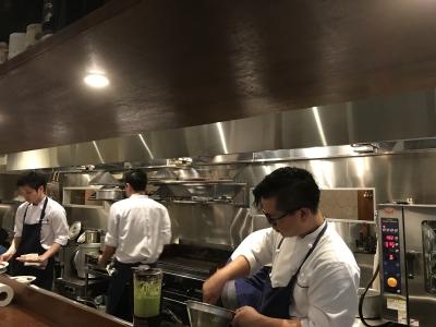 お客様との距離が近い、オープンキッチン。