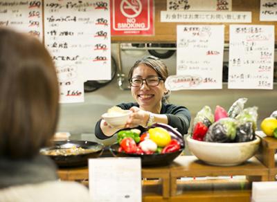 美味しくてリーズナブルな立ち飲み居酒屋。京都市内にある3店舗で、調理スタッフを募集中です!