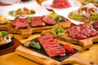 肉の仕込みやカットなど、少しずつスキルを身につけてください