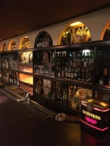 世界の洋酒700種類以上。洋酒の知識はもちろん、バーテンダーとしての技術も身につきます!