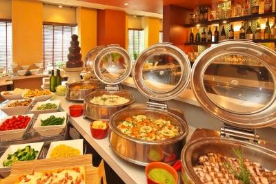 30種類以上の料理がずらりと並ぶ、ランチビュッフェ。洋食出身者は、尚、歓迎!