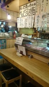 築地市場より毎日直送の新鮮な刺身や鮨を提供する「だるま 鮨」。