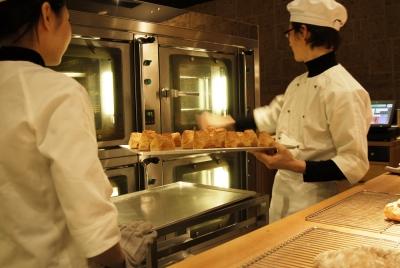 ライヴ感あるオープンキッチンで焼き立てのパンをご提供します!!