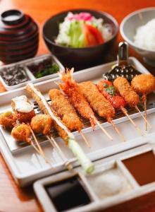 アクセス抜群の老舗串カツ料理店で店舗スタッフとして活躍しよう!