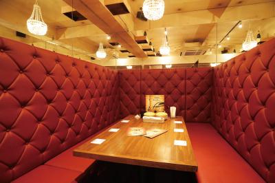 店内はテーブル、カウンター、個室など、あらゆるシーンに対応できる席をご用意。