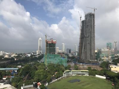 開発中の高層ビルが多いコロンボ市内。就任前に、一度はその現場に立ち合ってくださいね。
