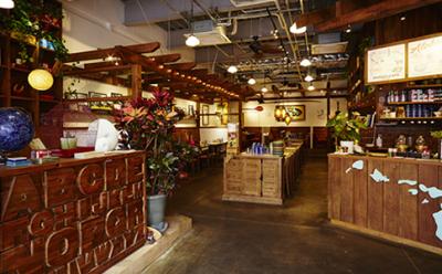 ハワイを感じさせるBGMやゆったりとした高い天井がとても心地よいハワイアンカフェです