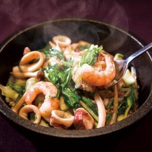 出来立て熱々のままお客さまに食べてもらいたいという熱い想いがあるので、石焼鍋にこだわっています。