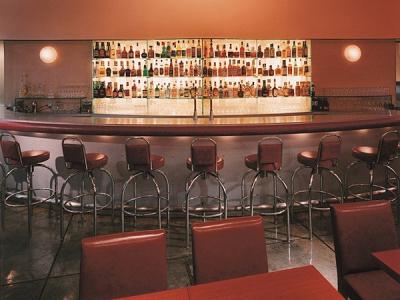 オレンジを基調とした、ステンレスとガラスを駆使したモダンでコンテンポラリーな空間