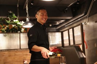 まずはセントラルキッチンでの研修あり。座学・実学で調理・接客・ビジネスを学びます