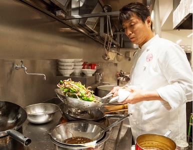 創業50余年、本格的な中華料理をご提供。中華の巨匠を師匠に持つオーナーシェフが腕をふるいます。