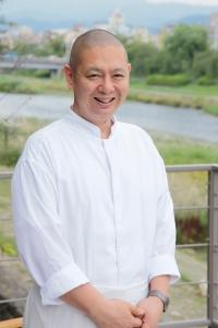 洋食部門の総料理長、蜂須賀(はちすか)。フレンチの本場フランスの星付きレストランで6年の修行経験あり