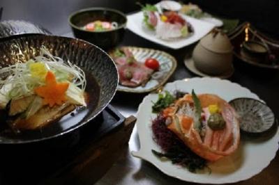 さまざまな鮮魚調理を経験出来る環境です。魚を学びたい方、是非お待ちしています。