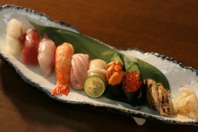 さかな屋直営という強みを活かして新鮮な魚を多く取りそろえ、寿司物販をメインに展開予定。※画像は既存店