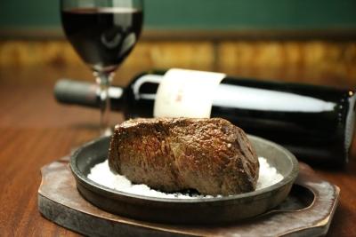 肉料理とワインをゆっくりお楽しみいただけます。