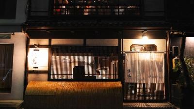 """「名古屋コーチン×紀州備長炭」""""焼き""""にも建物にもこだわり、著名人も多く訪れる焼き鳥店です!日・祝含め月6日以上は必ず休み!GW、夏季、年末年始は4~5連休!"""