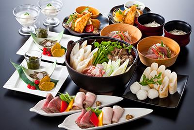 秋田名物のきりたんぽ鍋がメインのコース。ほかにも、はたはた、比内地鶏、いぶりがっこなど秋田名物を提供