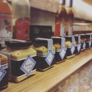 さまざまなフレーバーのマスタードと蜂蜜を使った料理が味わえます◎