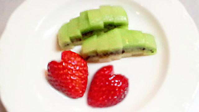 ダイエットのためのお弁当「キウィとハートのイチゴ」