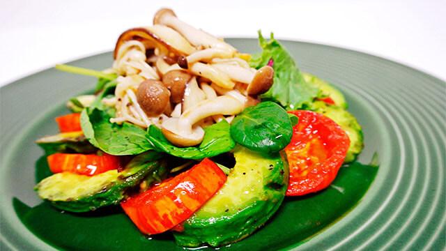 きのこと緑黄色野菜の温サラダ「カプレーゼ仕立て」