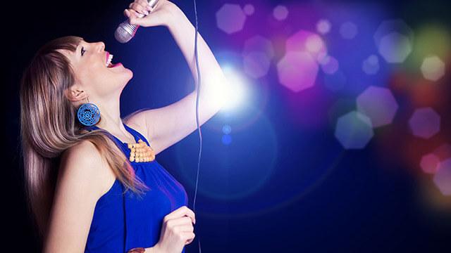 カラオケで歌う前に!高い声や大きな声が出やすくなるストレッチ