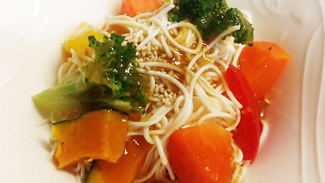 コンビニ惣菜でひと工夫「温野菜・豆腐麺のゴマ生姜ダレ」