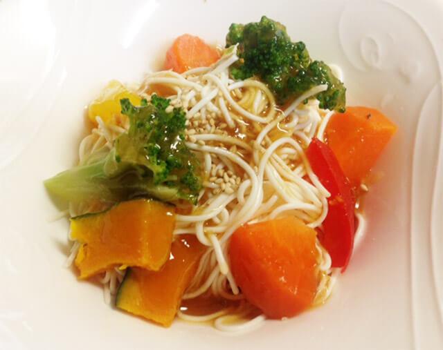 コンビニ惣菜でひと工夫「温野菜・豆腐麺のゴマ生姜ダレ」-01