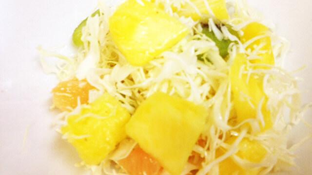コンビニ弁当の食べ分け術「フルーツ&キャベツのサラダ」