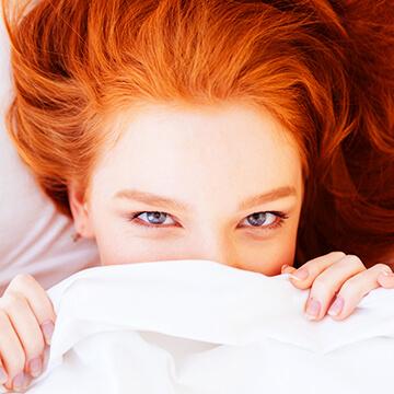 朝起きたら目がハレてる!!目のハレを抑える方法