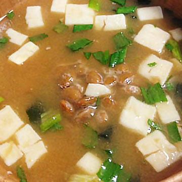 コンビニ惣菜でひと工夫「納豆を加えるだけ!お味噌汁」