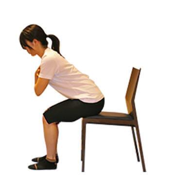 椅子を使って簡単にできる二の腕の引き締めエクササイズ