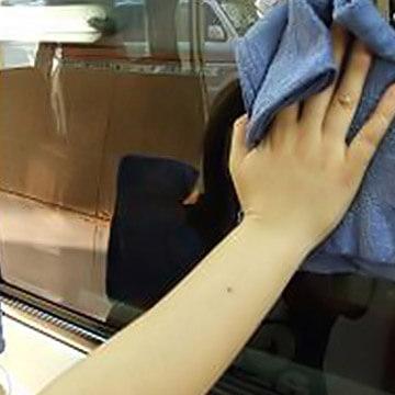 窓拭きするだけ!二の腕痩せエクササイズ