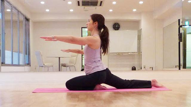 体質改善のためのヨガのポーズ「ひばりのポーズ」-03