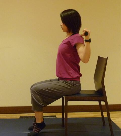 2週間でくびれを作る「座って脇腹エクササイズ」-01