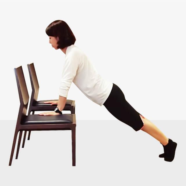 2週間でバストアップさせるエクササイズ「椅子でプッシュアップ」-01