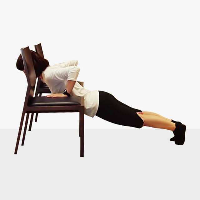 2週間でバストアップさせるエクササイズ「椅子でプッシュアップ」-02