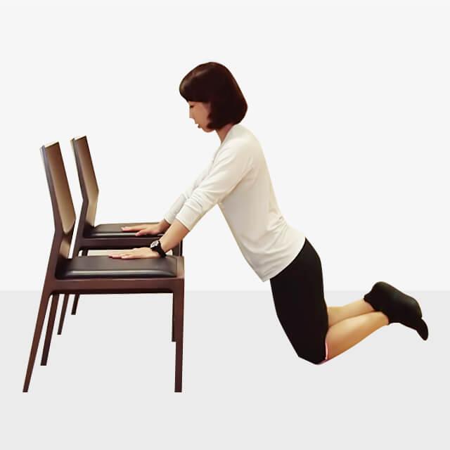 2週間でバストアップさせるエクササイズ「椅子でプッシュアップ」-03