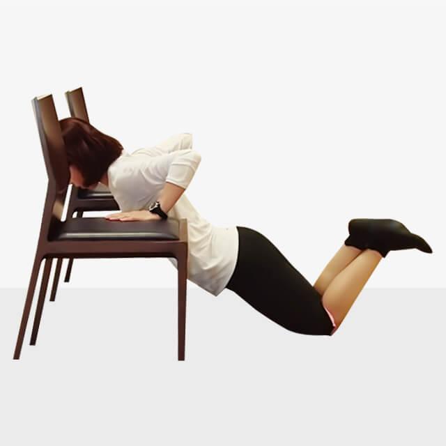 2週間でバストアップさせるエクササイズ「椅子でプッシュアップ」-04