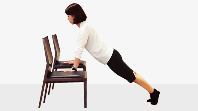 2週間でバストアップさせるエクササイズ「椅子でプッシュアップ」