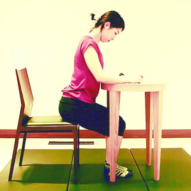 学校や会社でできる運動「字を書く時の正しい姿勢」-01