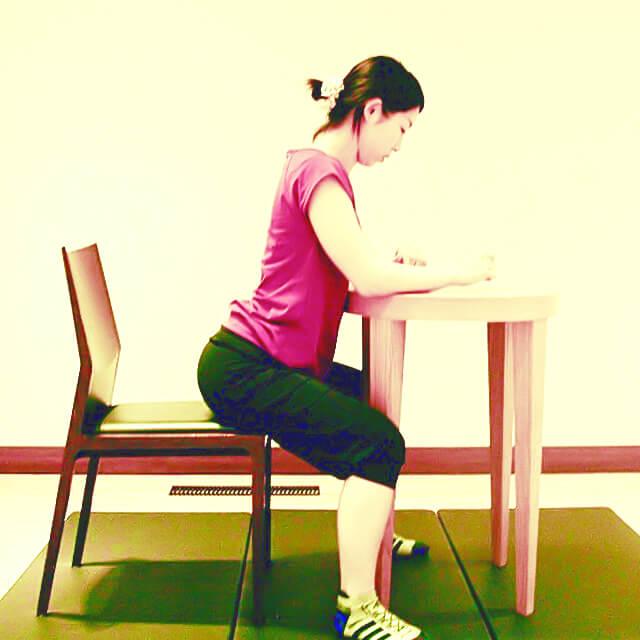 学校や会社でできる運動「字を書く時の正しい姿勢」-02
