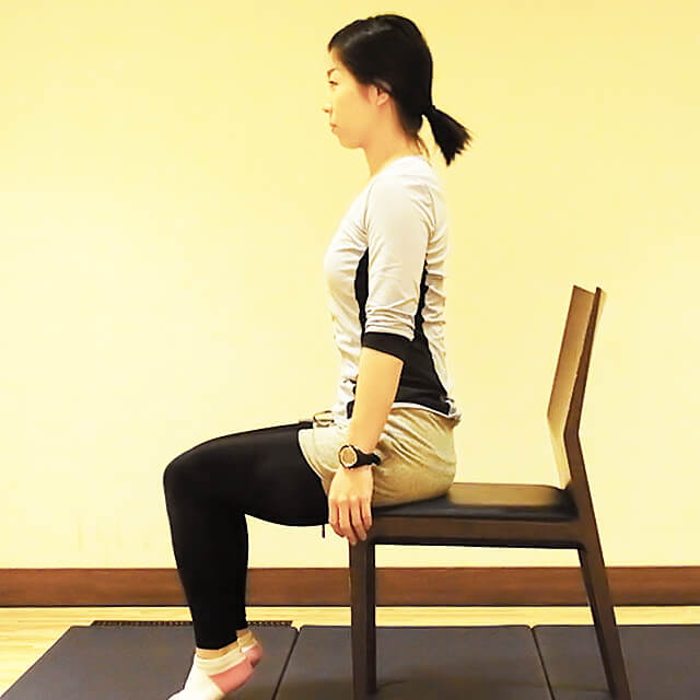 学校や会社でできる運動「椅子に座って肩のストレッチ」-01