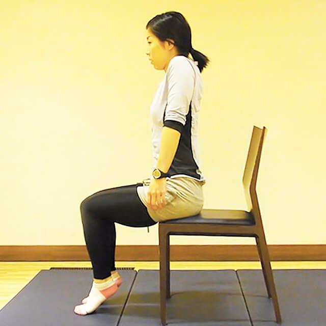 学校や会社でできる運動「椅子に座って肩のストレッチ」-02