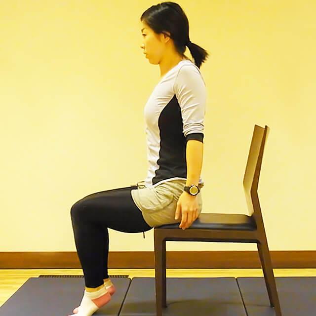 学校や会社でできる運動「椅子に座って肩のストレッチ」-03
