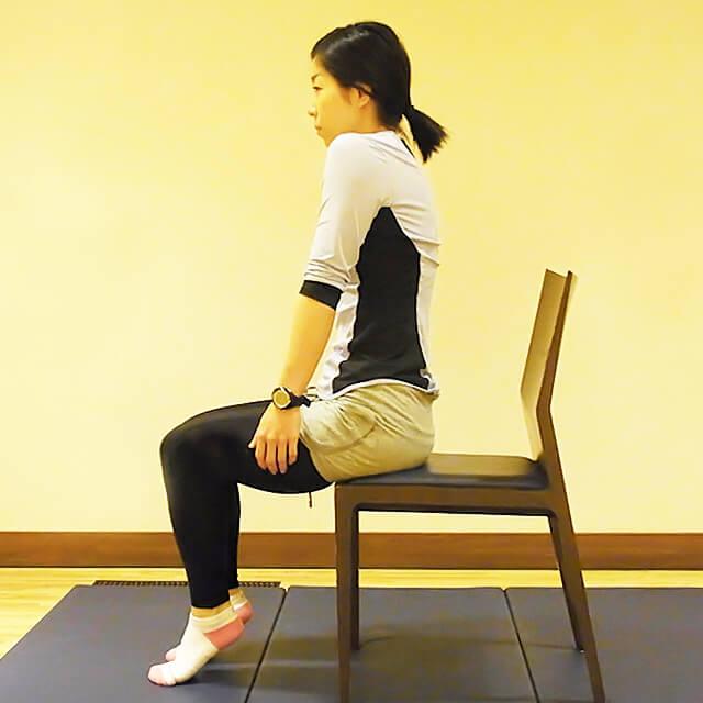学校や会社でできる運動「椅子に座って肩のストレッチ」-04