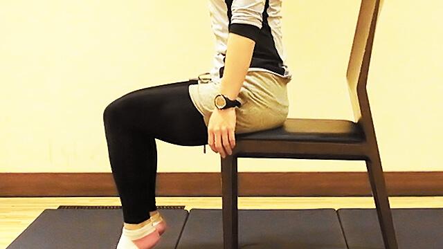 学校や会社でできる運動「椅子に座って肩のストレッチ」