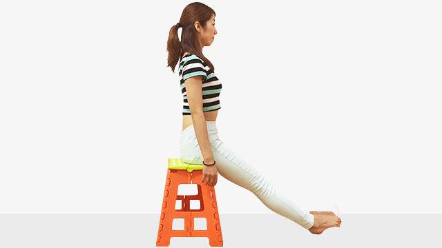椅子に浅めに座ってデスクで体幹強化と足のむくみとり運動-02