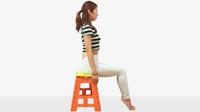 椅子に浅めに座ってデスクで体幹強化と足のむくみとり運動-04